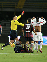 BOGOTÁ -COLOMBIA, 15-01-2015. Wilmar Roldan (Izq.) arbitro muestra tarjeta roja a Julio Chavez (Der.) jugador de Cortulua durante  partido entre Union Magdalena y Cortulua, por la fecha 3 de los Cuadrangulares de Ascenso Liga Aguila 2015 jugado en el Estadio Nemesio Camacho El Campin de la ciudad de Bogotá.  / Wilmar Roldan, (L) referee shows red card to Julio Chavez (R) player of Cortulua during a match between  Union Magdalena and Cortulua for the date 3 of the Promotional Quadrangular Liga Aguila 2015 played at Nemesio Camacho El Campin Stadium in Bogotá city. Photo: VizzorImage/ Luis Ramirez / Staff