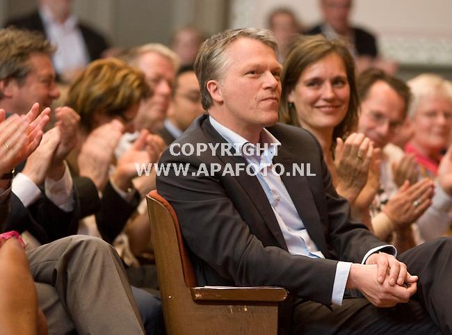 Nijmegen 250410 Wouter Bos neemt afscheid van de PvdA. naast herm zijn vrouw<br /> Foto Frans Ypma APA-foto
