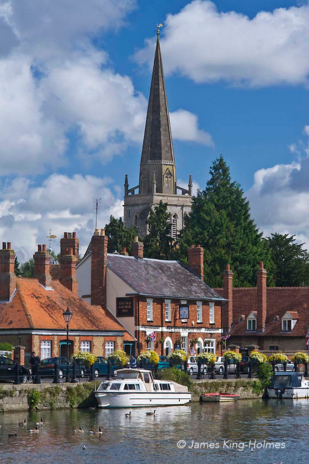 The River Thames at Abingdon-on-Thames, Oxfordshire, UK. The spire of St Helen's Church can be seen behind the Anchor Inn on the river front.