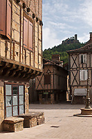Europe/Europe/France/Midi-Pyrénées/46/Lot/Saint-Céré: Place du Mercadial en fond les tours de Saint-Laurent