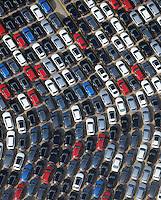 Auto Verladung Hamburg : EUROPA, DEUTSCHLAND, HAMBURG (EUROPE, GERMANY), 28.09.2014: Neuwagen  warten auf den Transport in alle Welt am Uni Kai im Hamburger Hafen