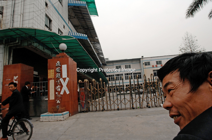 """Dingfu Factory in Houjie Town, Donguan, China.  The sign outside the factory that made shoes for Zara and Nine West amongst others, reads that the """"Donguan People's Court have closed the factory"""" .  As the economy changes and Chinese labour gets more expensive, factories are cosing leaving ghost towns behind them.<br /> <br /> MUST CREDIT PHOTO BY RICHARD JONES/SINOPIX"""