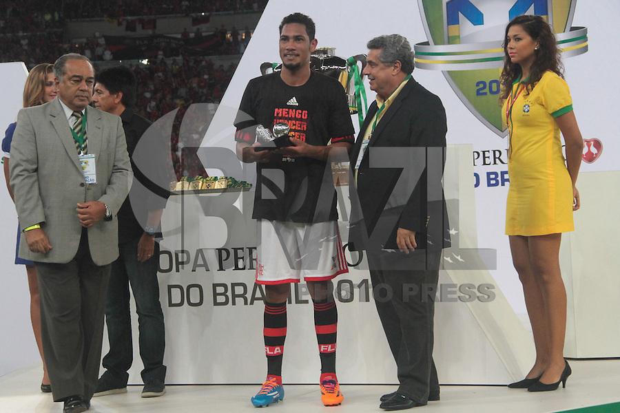 RIO DE JANEIRO, RJ, 27.11.2013 - Hernane do Flamengo durante a premiação da Copa do Brasil contra o Atlético PR, nesta quarta-feira  no Maracanã. (Foto. Néstor J. Beremblum / Brazil Photo Press)