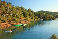 France, Alpes-de-Haute-Provence (04), parc naturel régional du Verdon, basses Gorges du Verdon, Esparron-de-Verdon, camping en bordure du lac d'Esparron //France, Alpes de Haute Provence, Parc Naturel Regional du Verdon (Natural Regional Park of Verdon), low Gorges of the Verdon river, Esparron de Verdon, camping next to the Esparron lake