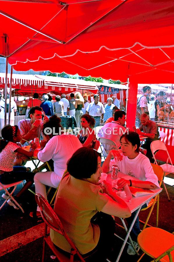 Feira de alimentos no bairro Liberdade. São Paulo. 2000. Foto de Juca Martins.