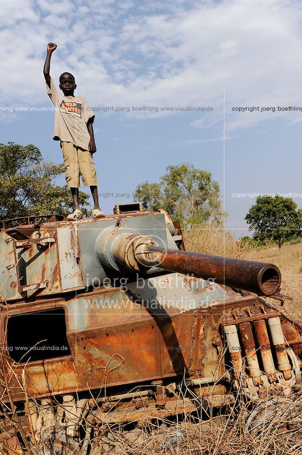 SOUTH SUDAN Rumbek , children on old battle tank from war between SPLA and northern Sudan / Sued Sudan Rumbek , Kinder spielen auf zerstoertem Panzer aus dem Konflikt zwischen SPLA , Suedsudanesische Volksbefreiungsarmee , und dem Nordsudan , der Suedsudan strebt eine Unabhaengigkeit von Khartoum Khartum an