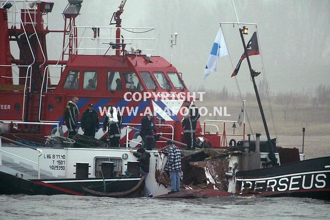 Nijmegen, 201202<br /> Een Duitse tanker met methanol is zaterdagmorgen op de Waal bij Nijmegen in dichte mist tegen een Nederlandse binnenvaartschip gevaren. Er is niemand gewond geraakt.<br /> De schepen liepen zware averij op aan het voorschip. Het Duitse schip is aan de voorzijde lekgeslagen, maar de laadruimte met methanol is intact gebleven.<br /> Foto: Sjef Prins- APA Foto<br /> Op de foto de Duitse tanker.