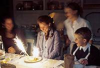 France/84 Vaucluse/Avignon: Repas à la Table d'Hote de la Mirande dans la cuisine médiévale d'un ancien palais de Cardinal Ce soir là les convives fètent un anniversaire