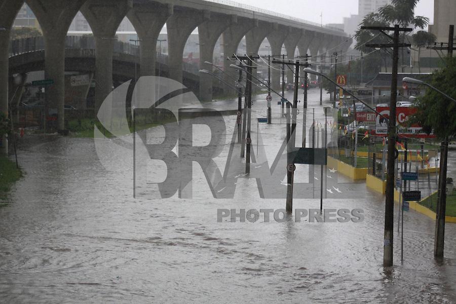 SÃO PAULO, SP - 19.02.2016: CLIMA-SP - Chuva intensa causa pontos de alagamento na avenida Professor Luiz Inácio de Anhaia Melo, na Vila Prudente (zona leste), na tarde desta sexta-feira 19. (Foto: Adar Rodrigues/Brazil Photo Press)