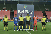 CALI - COLOMBIA, 25-10-2020: Luis Paz del América, Jhon Ospina, arbitro, Camilo Ayala del Pasto y los jueces asistentes, John Leon, Richard Ortiz, Luis Rodriguez, previo al partido entre América de Cali y Deportivo Pasto por la fecha 16 de la Liga Águila II 2018 jugado en el estadio Pascual Guerrero de la ciudad de Cali. / Luis Paz of America, Jhon Ospina, referee, Camilo Ayala of Pasto and assitant referees, John Leon, Richard Ortiz, Luis Rodriguez, prior a match for the for the date 16 as part of BetPlay DIMAYOR League 2020 between America de Cali and Deportivo Pasto played at Pascual Guerrero stadium in Cali. Photo: VizzorImage / Gabriel Aponte / Staff