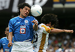 Mexico (06/06/2004): Cruz Azul striker  Alejandro Corona (L) heads the ball as National Autonomus University of Mexico (UNAM) Pumas Ismael Iniguez tries to reach him during the second leg of semifinals of the national soccer league.  UNAM Pumas won 3-2 and goes to finals against Guadalajara Chivas next week. ..© Heriberto Rodriguez..NO ARCHIVO-NO ARCHIVE-ARCHIVIERUNG VERBOTEN!