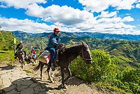 Reiter auf dem Weg zur Festung von Kuelap des Volk der Chachapoya, Provinz Luya, Region Amazonas, Peru, Südamerika