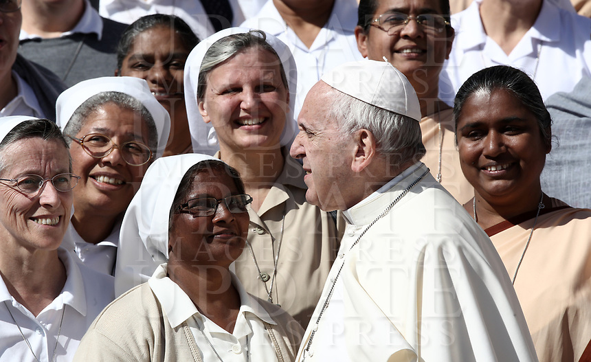 Papa Francesco posa con alcune suore al termine dell'udienza generale del mercoledi' in Piazza San Pietro, Citta' del Vaticano, 26 settembre 2018.<br /> Pope Francis poses for a photo with nuns at the end of his weekly general audience in St. Peter's Square at the Vatican, on September 26, 2018.<br /> UPDATE IMAGES PRESS/Isabella Bonotto<br /> <br /> STRICTLY ONLY FOR EDITORIAL USE