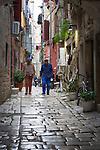 Croatia, Istria, Rovinj - Perl of Istria: old town lane, cobble stone pavement | Kroatien, Istrien, Rovinj - die Perle Istriens: Altstadtgasse mit Kopfsteinpflaster