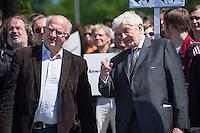 """Unter dem Motto: """"Frau Merkel: Aussitzen ist Beihilfe!"""" protestierten am Samstag den 30.Mai 2015 Rechtsanwaeltinnen und Rechtsanwaelte vor dem Bundeskanzleramt gegen die geplante Vorratsdatenspeicherung.<br /> Die Kundgebung fand anlaesslich des 2. Jahrestages der Enthuellungen von Edward Snowden ueber die weltweiten verfassungswidrigen Massenueberwachung durch Geheimdienste statt. Aufgerufen zu der Kundgebung hatte die parteiunabhaengige Hamburger Initiative """"Rechtsanwaelte gegen Totalueberwachung"""".<br /> Im Bild links: Peter Schaar (Bundesdatenschutzbeauftragter a.D.).<br /> Rechts: Dr. Burkhard Hirsch (Vizepraesident des Deutschen Bundestages a.D.).<br /> 30.5.2015, Berlin<br /> Copyright: Christian-Ditsch.de<br /> [Inhaltsveraendernde Manipulation des Fotos nur nach ausdruecklicher Genehmigung des Fotografen. Vereinbarungen ueber Abtretung von Persoenlichkeitsrechten/Model Release der abgebildeten Person/Personen liegen nicht vor. NO MODEL RELEASE! Nur fuer Redaktionelle Zwecke. Don't publish without copyright Christian-Ditsch.de, Veroeffentlichung nur mit Fotografennennung, sowie gegen Honorar, MwSt. und Beleg. Konto: I N G - D i B a, IBAN DE58500105175400192269, BIC INGDDEFFXXX, Kontakt: post@christian-ditsch.de<br /> Bei der Bearbeitung der Dateiinformationen darf die Urheberkennzeichnung in den EXIF- und  IPTC-Daten nicht entfernt werden, diese sind in digitalen Medien nach §95c UrhG rechtlich geschuetzt. Der Urhebervermerk wird gemaess §13 UrhG verlangt.]"""