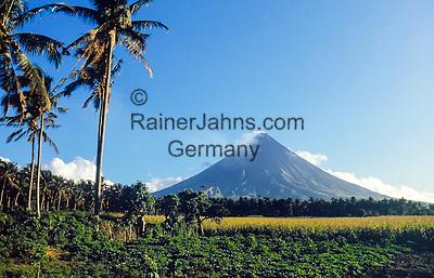 Philippines, Province Albay, near Legazpi City: Mayon Volcano, also Mount Mayon, at Mayon Volcano Natural Park | Philippinen, Hauptinsel Luzón, Provinz Albay, bei Legazpi City: Vulkan Mayon, 2.462 m hoch und der aktivste Vulkan der Philippinen, im Mayon Volcano Natural Park gelegen