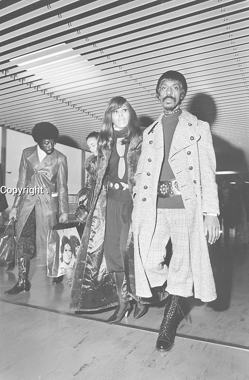 Ike & Tina TURNER,<br /> , January 28, 1971,<br />  Holland, Schiphol Airport,<br /> <br /> Photographer Fotograaf Onbekend / Anefo