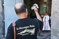 """France/DOM/Martinique/ Saint-Pierre: Photographe amateur à la sortie de la messe en souvenir des disparus de l'éruption de la Montagne pelée en 1902 -Lors de  la fête des """"Voiles traditionelles de la Caraïbe et Vieux Grément"""""""