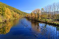 France, Correze, Dordogne valley, between Argentat and Beaulieu sur Dordogne, Monceaux sur Dordogne, kayakers on the Dordogne river in autumn // France, Corrèze (19), vallée de la Dordogne entre Argentat et Beaulieu-sur-Dordogne, Monceaux-sur-Dordogne, kayakistes sur la Dordogne en automne