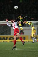 Kopfballduell zwischen Manuel Friedrich (l. FSV Mainz 05) und  Nelson Valdez (Borussia Dortmund)+++ Marc Schueler +++ 1. FSV Mainz 05 vs. Borussia Dortmund, 31.01.2007, Stadion am Bruchweg Mainz +++ Bild ist honorarpflichtig. Marc Schueler, Kreissparkasse Grofl-Gerau, BLZ: 50852553, Kto.: 8047714