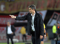 BOGOTA- COLOMBIA – 29-10-2015: Mauricio Pellegrino, técnico de Independiente de Avellaneda de Argentina, durante partido de vuelta entre Independiente Santa Fe de Colombia y el Independiente de Avellaneda de Argentina, por los cuartos de final de la Copa Suramericana en el estadio Nemesio Camacho El Campin, de la ciudad de Bogota.  / Mauricio Pellegrino, coach of Independiente de Avellaneda of Argentina, during a match for the second round between Independiente Santa Fe of Colombia and Independiente de Avellaneda of Argentina for the second round for the quarterfinals of the Copa Sudamericana in the Nemesio Camacho El Campin in Bogota city. Photos: VizzorImage / Luis Ramirez / Staff.