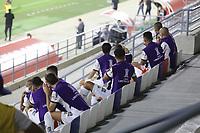 BARRANQUILLA - COLOMBIA, 13-05-2021: Jugadores de Mineiro son afectados por los gases lacrimógenos de los disturbios del paro nacional en Colombia durante el partido entre América de Cali de Colombia y Club Atlético Mineiro de Brasil del grupo H como parte de la Copa CONMEBOL Libertadores 2021 jugado en el estadio Romelio Martínez de Barranquilla. / Mineiro players are affected by tear gas from the national strike disturbances in Colombia during match of the group H as part of Copa CONMEBOL Libertadores 2021 between America de Cali of Colombia and Club Atletico Mineiro of Brazil played at Romelio Martinez stadium in Barranquilla. Photo: VizzorImage / Jairo Cassiani / Cont