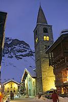 Europe/France/73/Savoie/Val d'Isère: Eglise Saint Bernard de Menthon avec son clocher lombard carré et sa chapelle vue de nuit
