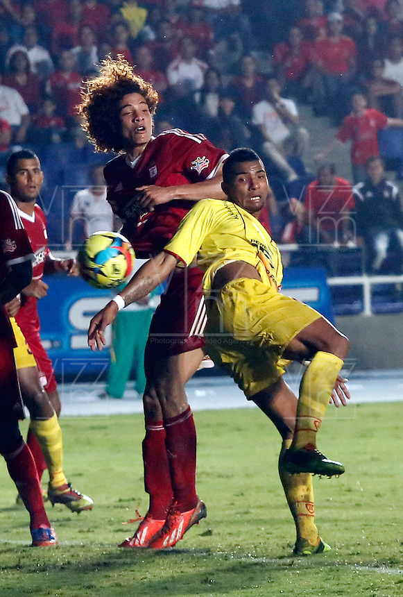 CALI - COLOMBIA - 12-03-2014: Stiven Tapiero (Izq) jugador del America disputa el balón con David Rios (Der.) jugador del Deportivo Pereira, durante partido entre America de Cali y Deportivo Pereira, de la octava fecha del Torneo Postobon I 2014, jugado en el estadio Pascual Guerrero de la ciudad de Cali. / Stiven Tapiero (L) player of America, figths for the ball with David Rios (R) player of Deportivo Pereira, during a matchfor the eighth date between America of Cali y Deportivo Pereira, of theTorneo Postobon I 2014 in the Pascual Guerrero stadium in Cali City. Photo: VizzorImage / Juan C. Quintero / Str.