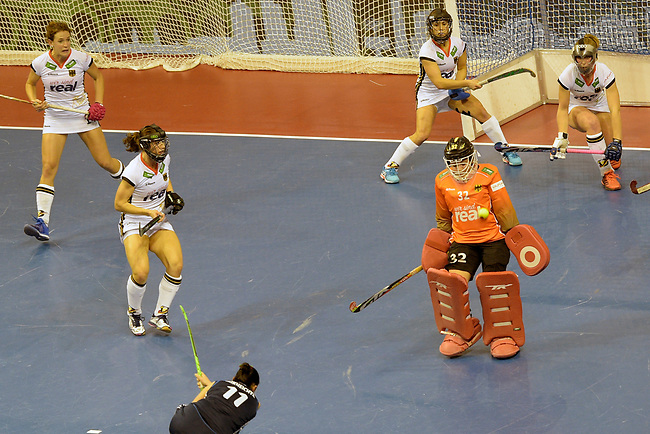 Berlin, Germany, February 10: During the FIH Indoor Hockey World Cup semi-final match between Belarus (dark blue) and Germany (white) on February 10, 2018 at Max-Schmeling-Halle in Berlin, Germany. Final score 2-3. (Photo by Dirk Markgraf / www.265-images.com) *** Local caption *** Rosa KRUEGER #32 of Germany