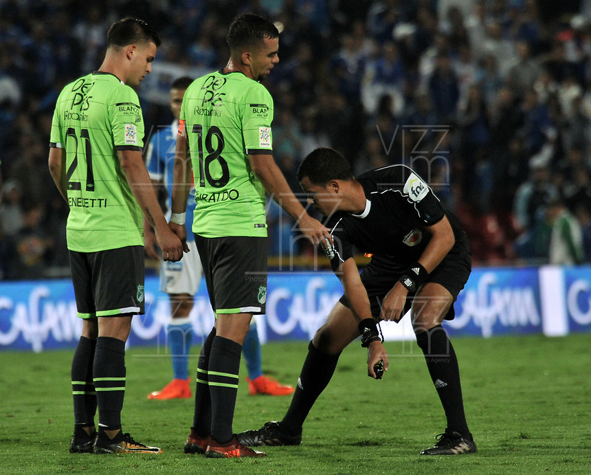 BOGOTA - COLOMBIA - 18 – 11 - 2017: Alexander Ospina, arbitro, durante partido de la fecha 20 entre Millonarios y Deportivo Cali, por la Liga Aguila II-2017, jugado en el estadio Nemesio Camacho El Campin de la ciudad de Bogota. / Alexander Ospina, referee, during a match of the date 20th between Millonarios and Deportivo Cali, for the Liga Aguila II-2017 played at the Nemesio Camacho El Campin Stadium in Bogota city, Photo: VizzorImage / Luis Ramirez / Staff.