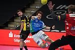 Kresimir Kozina (FAG) wirft auf das Tor von Jogi Bitter (TVB) beim Spiel in der Handball Bundesliga, Frisch Auf Goeppingen - TVB 1898 Stuttgart.<br /> <br /> Foto © PIX-Sportfotos *** Foto ist honorarpflichtig! *** Auf Anfrage in hoeherer Qualitaet/Aufloesung. Belegexemplar erbeten. Veroeffentlichung ausschliesslich fuer journalistisch-publizistische Zwecke. For editorial use only.