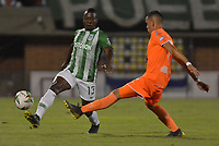 ENVIGADO- COLOMBIA, 30-04-2019.Helibelton Palacios (Izq.)  jugador del Atlético Nacional disputa el balón contra el Envigado durante partido por la fecha 19 de la Liga Águila I 2019 jugado en el estadio Polideportivo Sur de la ciudad de Medellín. /Helibelton Palacios (L) player of fights the ball against of Envigado  during the match for the date 19 of the Liga Aguila I 2019 played at Polideportivo Sur stadium in Medellin  city. Photo: VizzorImage / Leon Monsalve/ Contribuidor