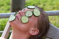 Frau mit Gurkenmaske im Gesicht, natürliche Hautpflege, Natur-Kosmetik, wellness, Gurke