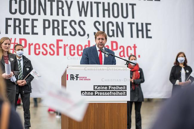 """Aktion der Menschenrechtsorganisation Reporter ohne Grenzen (RSG) am Mittwoch den 7. Oktober 2020 in Berlin zur Pressefreiheit in den USA.<br /> Die Organisation forderte alle Kandidatinnen und Kandidaten der US-Wahlen im November 2020 auf, sich oeffentlich zur Pressefreiheit zu bekennen, wie sie der erste Verfassungszusatz garantiert.<br /> RSF beklagte die """"gewalttaetigen Angriffe auf Journalistinnen und Journalisten, Zugangsbeschraenkungen fuer unabhaengige Medien, ein aufgeweichter Quellenschutz und ein Praesident, der nahezu taeglich gegen Medienschaffende hetzt – die Presse ist in den Vereinigten Staaten in den vergangenen Jahren in beispielloser Weise unter Beschuss geraten"""".<br /> Im Bild: RSF-Geschaeftsfuehrer Christian Mihr spricht auf der Kundgebung.<br /> 7.10.2020, Berlin<br /> Copyright: Christian-Ditsch.de"""