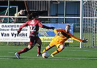 Dames Zulte Waregem - Club Brugge : Kim Dossche met de redding op een bal van Pauline Crammer.foto Joke Vuylsteke / Vrouwenteam.be