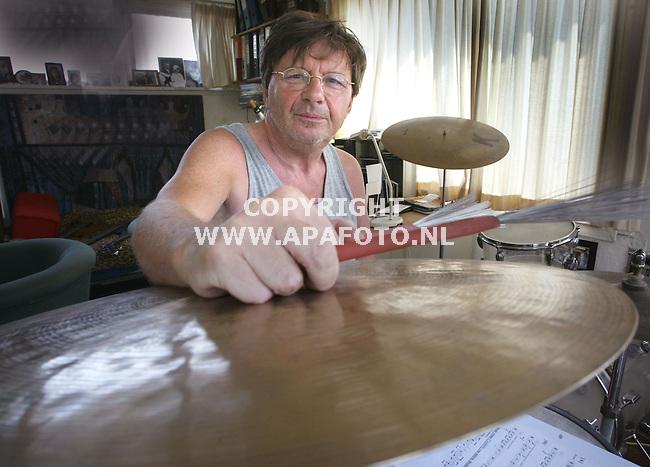 arnhem 170603 drummer pierre courbois thuis aan het werk<br /> foto frans ypma APA-foto
