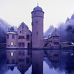 Europa, DEU, Deutschland, Bayern, Spessart, Mespelbrunn, Schloss, Wasserschloss Mespelbrunn, Winter, Abenddaemmerung, Fenster, Beleuchtet, Schloss Mespelbrunn ist der Inbegriff des Spessarts. Am Espelborn erhielt Ritter Hamann Echter aus dem Odenwald 1412 vom Mainzer Erzbischof Johann ein Stueck Land fuer treue Dienste. Mehr als vier Jahrhunderte lang hatte das Adelsgeschlecht in dem stillen Seitental der Elsava seinen Stammsitz. Im 16. Jahrhundert bauten die Rittersleute Echter die Wasserburg zu einem behaglichen Renaissanceschloss aus. Die Echters liebten die Stille der Waelder mehr als die Pracht der fuerstlichen Hoefe. Das mag aber vielleicht an dem Bann von Kaiser Barbarossa gelegen haben, der die Brueder Echter zu diesem abgeschiedenen Leben zwang. Das Wasserschloss ist noch heute Sitz der graeflichen Familie., Themen und Kategorien - Architektur, Haeuser, Altbauten, Immobilien, Architektonisch, Architekturstil, Bauwerk, Bauwerke, Gebaeude, Historisch, Architekturfoto, Architekturphoto, Architekturfotografie, Architekturphotographie, Schloss, Schloesser, Burgen, Burg, Mittelalter, Mittelalterlich, Wehranlagen..[Fuer die Nutzung gelten die jeweils gueltigen Allgemeinen Liefer-und Geschaeftsbedingungen. Nutzung nur gegen Verwendungsmeldung und Nachweis. Download der AGB unter http://www.image-box.com oder werden auf Anfrage zugesendet. Freigabe ist vorher erforderlich. Jede Nutzung des Fotos ist honorarpflichtig gemaess derzeit gueltiger MFM Liste - Kontakt, Uwe Schmid-Fotografie, Duisburg, Tel. (+49).2065.677997, fotofinder@image-box.com, www.image-box.com]