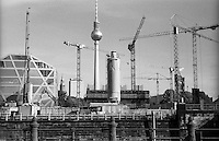 Berlino, quartiere Mitte. Gru al cantiere per la ricostruzione del Berliner Schloss (Castello di Berlino). Sullo sfondo: il Fernsehturm (torre della televisione) --- Berlin, Mitte district. Cranes at the yard for the reconstruction of the Berliner Stadtschloss (Berlin Palace). On the background: the Fernsehturm (tv tower)