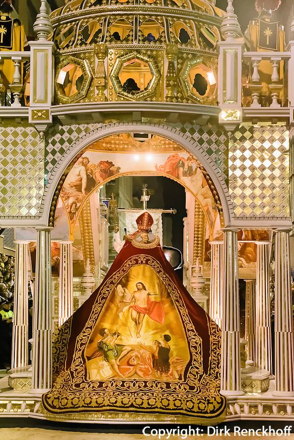 Umhang der Auferstehung auf Wagen Triumph des Christentums bei  der Karfreitagsprozession der Semana Santa (Karwoche) in Lorca,  Provinz Murcia, Spanien, Europa