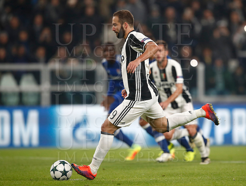 Calcio, Champions League: Gruppo H, Juventus vs Lione. Torino, Juventus Stadium, 2 novembre 2016. <br /> Juventus' Gonzalo Higuain kicks to score on a penalty kick during the Champions League Group H football match between Juventus and Lyon at Turin's Juventus Stadium, 2 November 2016. The game ended 1-1.<br /> UPDATE IMAGES PRESS/Isabella Bonotto