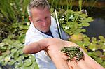 """Foto: VidiPhoto<br /> <br /> DEVENTER – Vijverdokter Erik Brederode (36) van Vijvercentrum Apeldoorn inspecteert woensdag de kwaliteit van het water en de gezondheid van bodem, planten, wortels en dierenleven in een vijver bij Deventer. Brederode: """"Vijvers zijn helemaal terug van weggeweest. Mensen komen er steeds meer achter dat een vijver heel goed is voor de flora en fauna om het huis. Natuurvijvers in de bebouwde omgeving spelen bovendien een steeds belangrijker rol bij de piekafvoer van regenwater."""" Tijdens de huidige droogteperiode heeft Brederode het razend druk. Door de lage waterstand in veel tuinvijvers maken mensen zich zorgen over de gezondheid van kikkers, salamanders, waterplanten en het insectenleven. Donderdagavond geeft de vijverdokter op uitnodiging van de afdeling Deventer van tuinvereniging Groei&Bloei tips en voorlichting over het inrichten van een gezonde vijver. Zaterdag en zondag organiseert Groei&Bloei, de grootste tuinvereniging van ons land, het Nationale Open Tuinenweekend, waarbij meer dan 1000 particulieren siertuinen worden opengesteld voor het publiek. Er worden zo'n 100.000 bezoekers verwacht."""