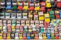 MADAGASCAR, city Antananarivo, street vendor sells small toy cars Citroën 2CV recycled from used beverage cans / MADAGASKAR Hauptstadt Antananarivo, Strassenverkaeufer verkauft Spielzeug Autos der Citroën 2CV Ente aus Blech von recycelten Getraenkedosen