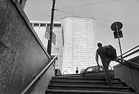 - Milan, exit of subway and Pirelli skyscraper in Duke of  Aosta square (October 1988)....- Milano, uscita dalla Metropolitana e grattacielo Pirelli in piazza Duca D'Aosta (ottobre 1988)....