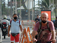 Recife (PE), 19/03/2021 - Quarentena-Recife - Movimentação na praia de Boa Viagem em Recife nesta sexta-feira (19) onde está proibido usar calçadão, ciclovia e area da praia. Até o dia 28, apenas os serviços essenciais estarão autorizados para funcionar em todo o estado. O objetivo é conter a disseminação do coronavírus e a alta taxa de ocupação dos leitos de UTI, que está acima dos 95% em Pernambuco.