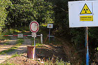 "TSCHECHIEN, 07.2006 .Mydlovary.Warnschild am MAPE-Zaun: ""Ueberwachter Bereich mit Quellen ionisierender Strahlung"". Die fruehere Uranverarbeitungsanlage bei Mydlovary, MAPE, liegt in Suedboehmen. Zwischen 1962 und 1991 produzierte sie 28525 Tonnen Yellow Cake fuer sowjetische Nuklearwaffen und einheimische AKW. Die Reste des Trennprozesses von Erz und Uran wurden in Absetzbecken rund um die Anlage gepumpt. Dort lagern heute 36 Millonen Tonnen radioaktiver Schlaemme. Boden, Wasser und Luft weisen erhoehte Schwermetall- und Strahlenwerte auf..© Vaclav Vasku/EST&OST.Warning sign at the MAPE fence reading ""Monitored area with sources of ionizing radiation"". The former chemical processing plant of uranium ore near Mydlovary, MAPE, is situated in Southern Bohemia. Between 1962 and 1991, 28525 tons of yellow cake were produced for Soviet nuclear bombs and domestic power plants. The uranium was separated from the ore by acid and alcalic leaching. The residue was stored in tailing ponds close to the plant. These contain a total of 36 million tons of radioactive sludge. Soil, water and air show raised levels of radioactivity and heavy metals."