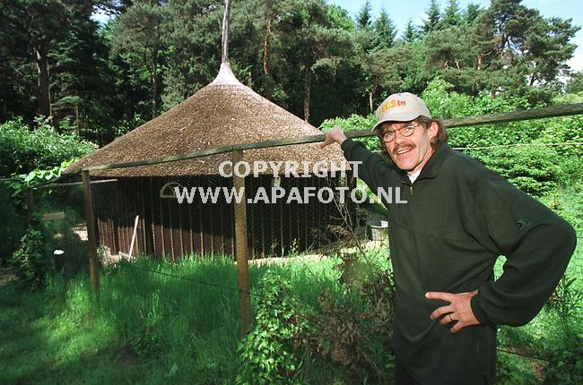 Hummelo,05-06-99  Foto:Koos Groenewold <br />Bennie Jolink bij de `hooiberg` in zijn tuin.Hier repeteert hij met NORMAAL en ook worden er nieuwe liedjes geschreven.De hooiberg is erg belangrijk voor Bennie en NORMAAL<br /><br />foto voor PRIVE pagina