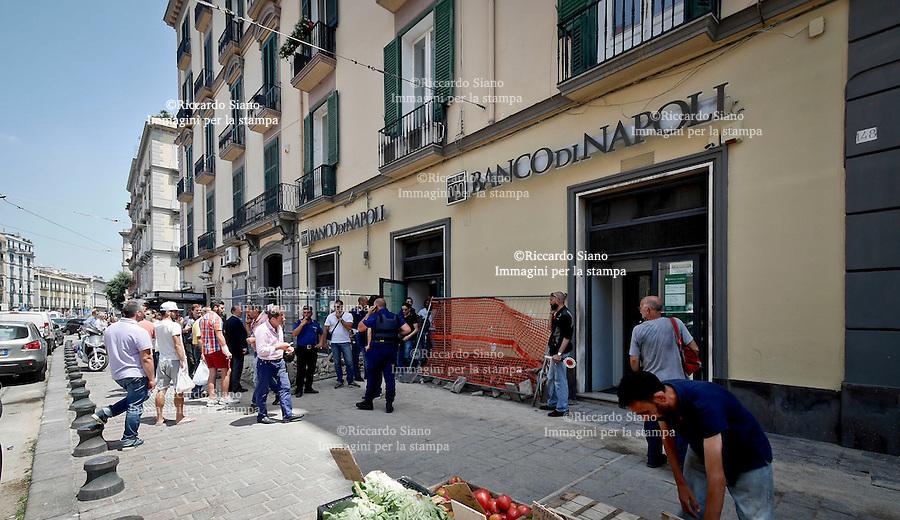 - NAPOLI 26 GIU  2014 -  Tentata rapina Banco di Napoli via Giordano Bruno (Torretta) Due i rapinatori arrestati nell'istituto.