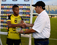 BARRANCABERMEJA-COLOMBIA, 30-01-2020: Yhorman Hurtado de Alianza Petrolera recibe el premio como jugador del partido al final de partido Alianza Petrolera y Deportivo Pereira, de la fecha 2 por la Liga BetPlay DIMAYOR I 2020 en el estadio Daniel Villa Zapata en la ciudad de Barrancabermeja. / Yhorman Hurtado of Alianza Petrolera recieve the pize as player of the game at the end of a match between Alianza Petrolera and Deportivo Pereira, of the 2nd date for the BetPlay DIMAYOR Leguaje I 2020 at the Daniel Villa Zapata stadium in Barrancabermeja city. Photo: VizzorImage  / José D. Martínez / Cont.