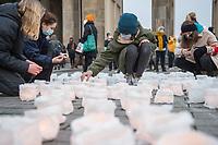 """Mit ueber 2.000 Kerzen bildeten Berliner  Aktivistinnen und Aktivisten am Freitag den 11. Dezember 2020 vor dem Branden den Schriftzug """"#Fight for 1Point5"""" (engl. """"Kaempft fuer 1,5""""). Aehnliche Aktionen wurden weltweit am Vortag des Jahrestages des Pariser Klimaschutzabkommens, auf dem eine Begrenzung der Klimaerwaermung um 1,5 Grad beschlossen wurde.<br /> 11.12.2020, Berlin<br /> Copyright: Christian-Ditsch.de"""