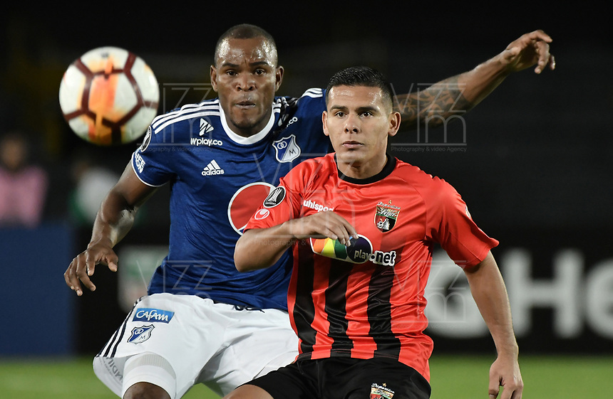 BOGOTA - COLOMBIA, 17-04-2018: Jair Palacios (Izq) jugador de Millonarios de Colombia disputa el balón con Pedro Ramirez (Der) jugador de Deportivo Lara de Venezuela durante partido por la fecha 3, grupo G, de la CONMEBOL Libertadores 2018 jugado en el estadio Nemesio Camacho El Campin de la ciudad de Bogotá. / Jair Palacios (L) player of Millonarios of Colombia fights for the ball with Pedro Ramirez (R) player of Deportivo Lara of Venezuela during match for the date 3, group G, of the CONMEBOL Libertadores 2018 played at Nemesio Camacho El Campin stadium in Bogota city. Photo: VizzorImage / Gabriel Aponte / Staff.
